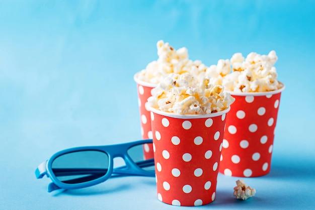 Popcorn mit gläsern 3d auf blau