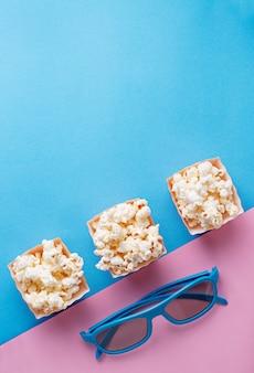 Popcorn mit gläsern 3d auf blauem hintergrund