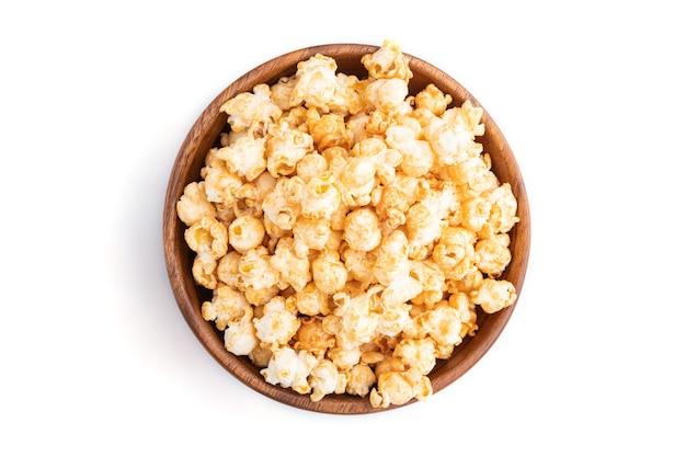Popcorn mit karamell in holzschale