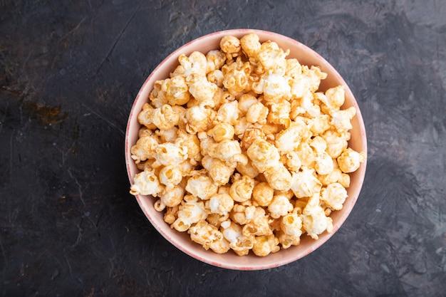 Popcorn mit karamell in keramikschale