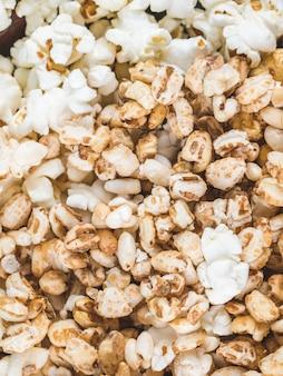 Popcorn mit karamellmais und weizenmais