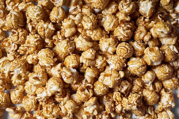 Popcorn mit karamellnahaufnahme. süßes popcorn für filme