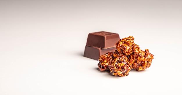 Popcorn mit schokoladengeschmack auf weißem hintergrund