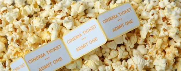 Popcorn mit tickets im gesamten hintergrund, nahaufnahme.