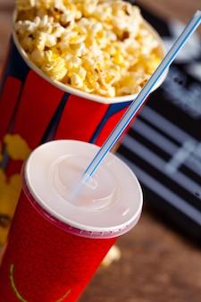 Popcorn schüssel und getränk