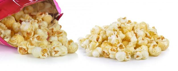 Popcorn-tasche auf weißem hintergrund