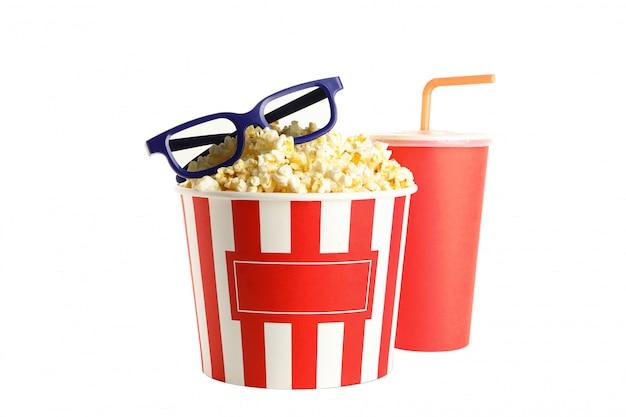 Popcorn, tasse mit strohhalm und 3d gläser lokalisiert auf weißem hintergrund