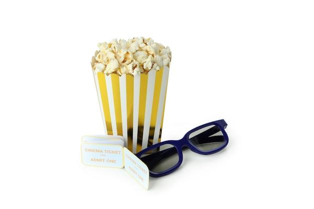 Popcorn, tickets und 3d-brille auf weißem hintergrund.
