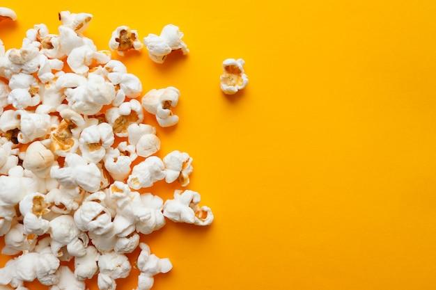 Popcorn über gelbem hintergrund