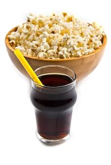 Popcorn und cola auf dem tisch