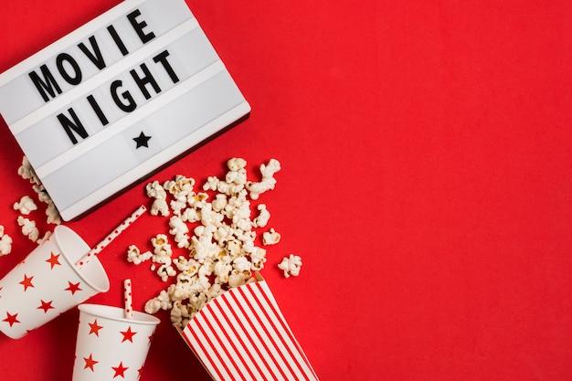 Popcorn und saft für den filmabend