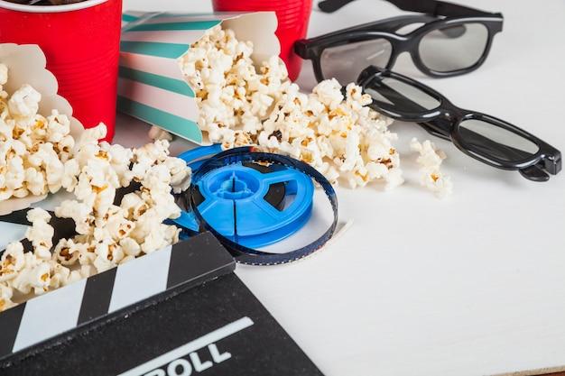 Popcorn verschüttet auf kinomaterial