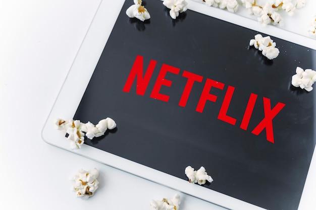 Popcorn verschüttet auf netflix-logo