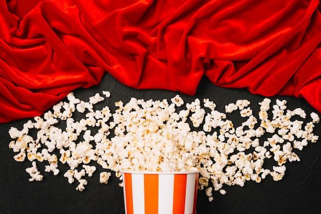 Popcorn verschüttete nahe samtstoff