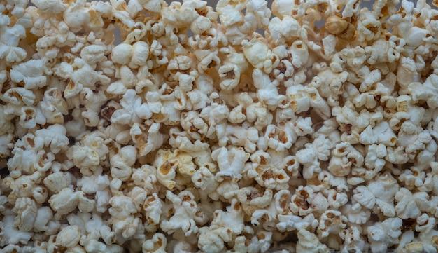 Popcorn vor kinogebrauch für hintergrund und beschaffenheit. lebensmittelbild.