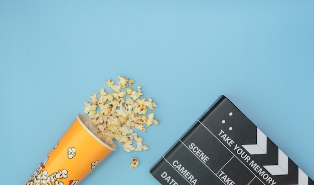 Popcornbecher und filmklappe als filmabendkonzept