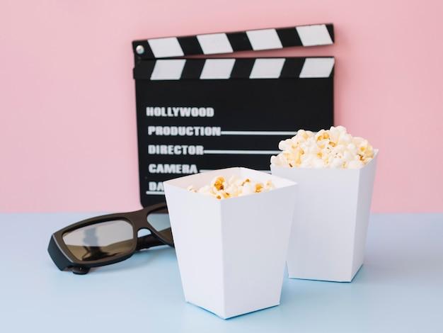 Popcornboxen aus der vorderansicht, die zum servieren bereit sind