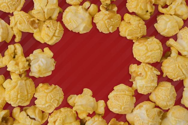 Popcornebenen-lagezusammensetzung auf farbhintergrund.