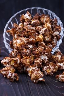Popcornelective fokus der süßen schokolade