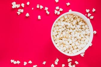 Popcornkasten auf rotem Hintergrund