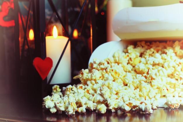 Popcornkorb in der nähe einer kerze
