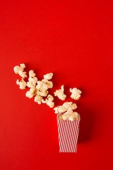 Popcornzusammenstellung auf rotem hintergrund