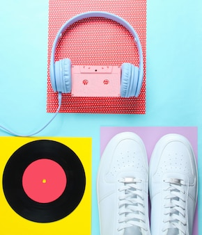 Popkultur, retro 80er jahre altmodische objekte auf einem kreativen hintergrund