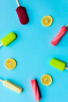 Popsicle aromatisiertes gefrorenes eis-nachtisch-süßigkeiten-konzept