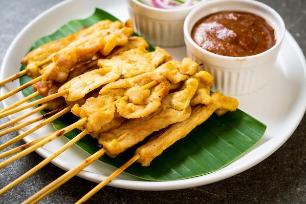 Pork satay - gegrilltes schweinefleisch, serviert mit erdnusssauce oder süß-saurer sauce