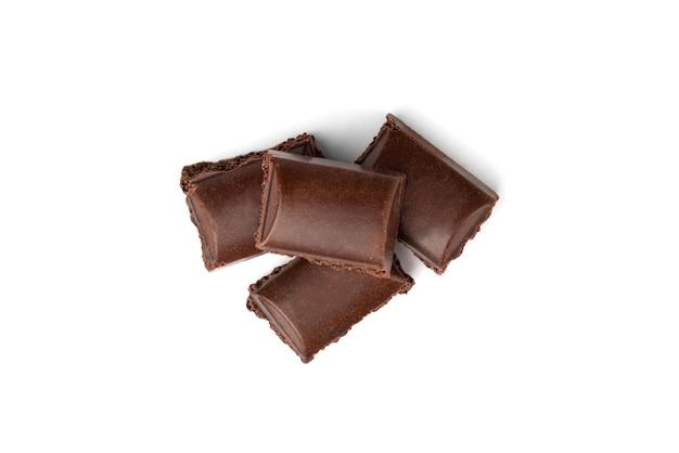 Poröse dunkle schokolade isoliert.