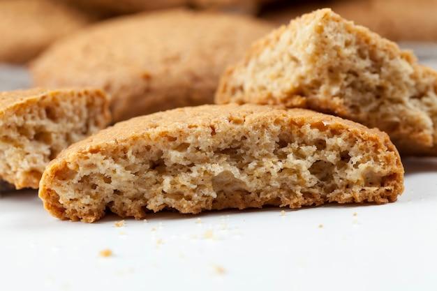 Poröse kekse mit haferflocken gebacken, haferkekse nicht sehr kalorienreich, nicht sehr süß trockene und knusprige kekse