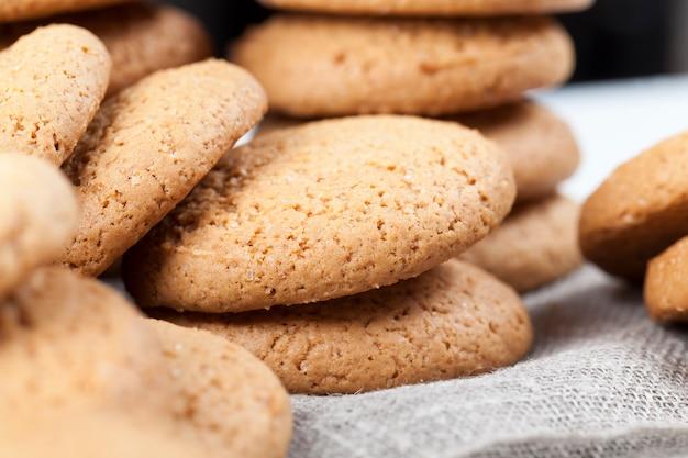 Poröse kekse mit haferflocken gebacken, nicht sehr süße trockene und knusprige kekse, nahaufnahme von haferkeksen nicht sehr kalorienreich
