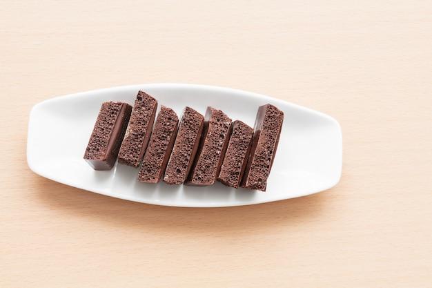 Poröse schokolade auf einem teller