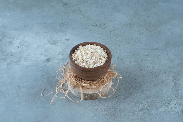 Porridge-müslis in einem rustikalen holzbecher. foto in hoher qualität