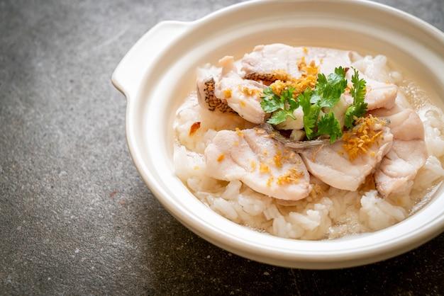 Porridge oder gekochte reissuppe mit fischschale