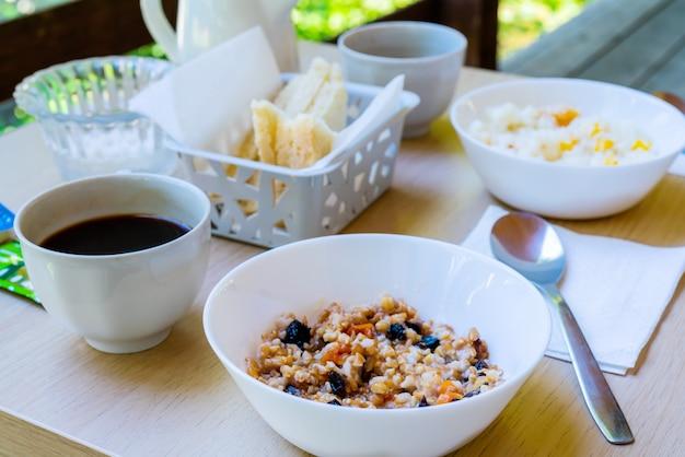 Porridge und kaffee zum frühstück. leichtes frühstück auf der veranda.