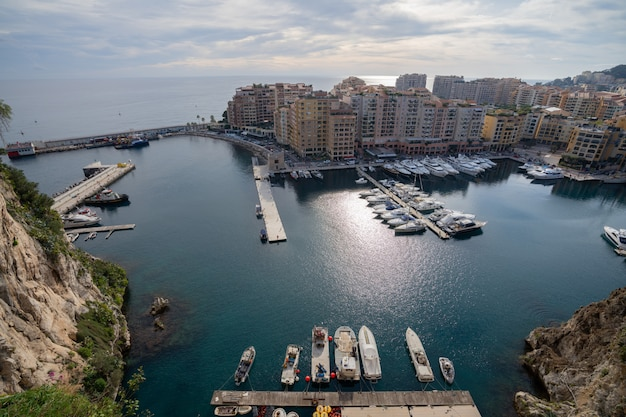Port de fontvieille in azur küste auf sonnenaufgang mit blauer himmelswolke. wertvolle wohnungen und hafen mit luxusyachten in der bucht, monte carlo, monaco, europa