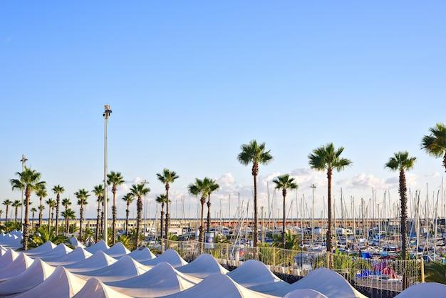 Port olympic bei sonnenuntergang in barcelona spanien
