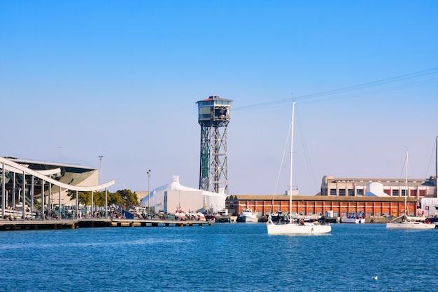 Port vell in barcelona mit maremagnum handelszentrum und seilbahnturm
