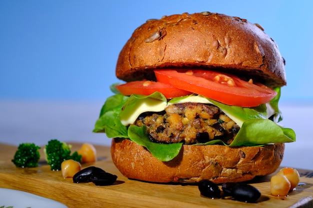 Portabello-kichererbsenburger der schwarzen bohne des vegetarier strengen vegetariers