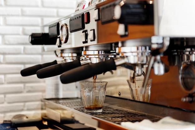 Portafilter café-kaffee-restaurant bereiten maschinen-konzept vor