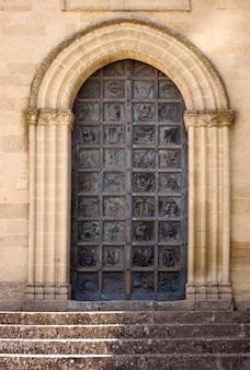 Portal der basilika von san leone, assoro