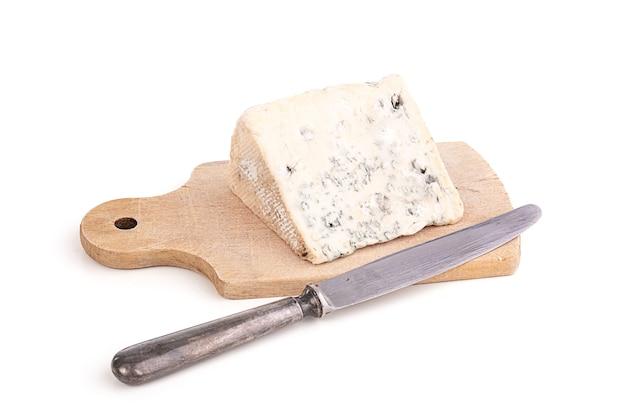 Portion blauschimmelkäse auf cuttin board mit messer