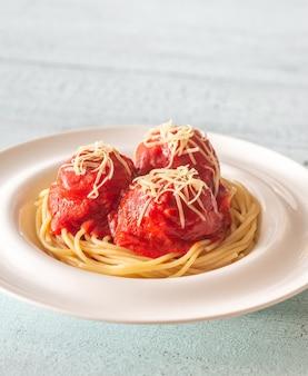Portion fleischbällchen mit tomatensauce und nudeln: draufsicht