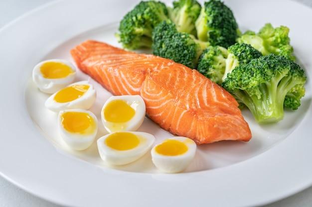Portion lachs mit brokkoli und eiern