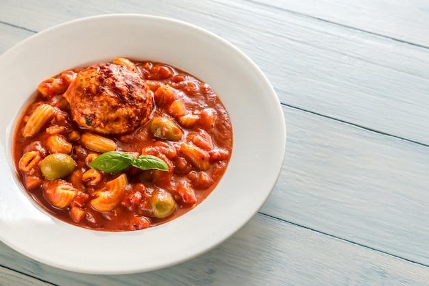 Portion minestrone-suppe mit fleischbällchen