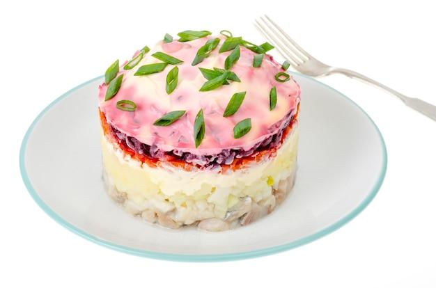 Portion puff gemüsesalat mit mayonnaise auf weißem teller