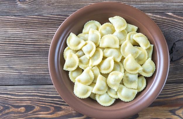 Portion ravioli mit fleischfüllung