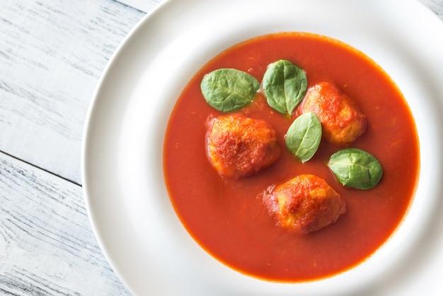 Portion tomatensuppe mit fleischbällchen