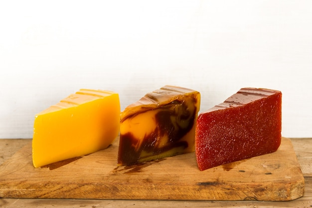 Portionen mit verschiedenen quittenbonbons sowie vanille- und schokoladenschlagsahne. argentinische gastronomie